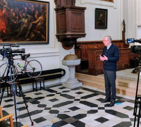 Hulpbisschop Koen Vanhoutte tijdens de opnames van zijn videoconferentie. © Laurens Vangeel
