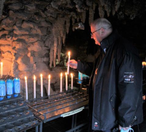 Bisschop Lode Van Hecke brandt een kaars in Oostakker © Bedevaarten Bisdom Gent - Marc Vandersmissen