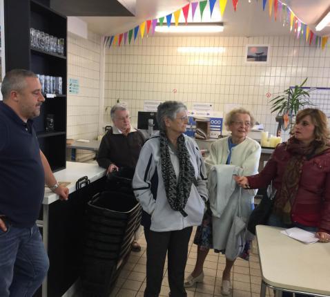 Carmen Sanchez, de verantwoordelijke van Epi Sol geeft een woordje uitleg over de werking van deze sociale kruidenier. Deze foto is nog genomen lang voor er sprake was van corona. © Carmen Sanchez