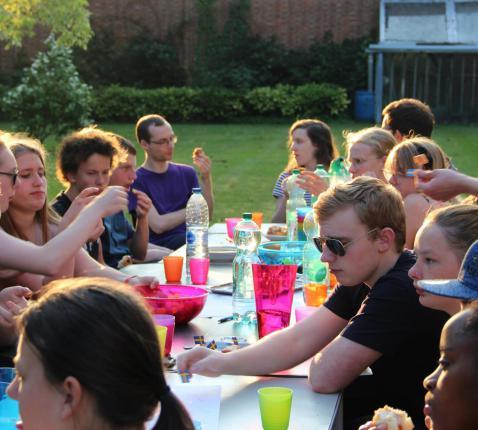 Het perfecte einde van het werkjaar: met z'n allen aan tafel voor een lekker dessertje bij de ondergaande zon. © SV
