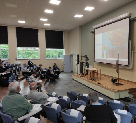 """Julisessie dag 1 - Opening: missionaire pastoraal vanuit """"De vreugde van het evangelie"""" - bijbel door Liesbeth Degryse © Michiel Van Mulders"""