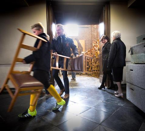 Kerkstoelen te geef in Meeuwen.  © Tony Van Galen
