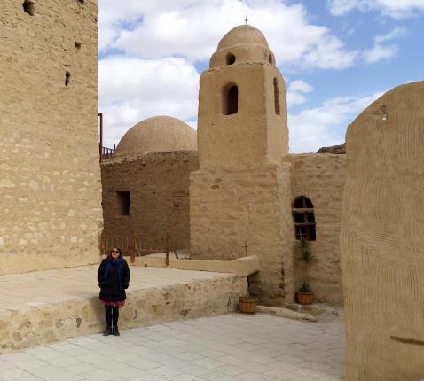 Babs Mertens voor het klooster van de Heilige Paulus van Thebe in Egypte. © Barbara Mertens