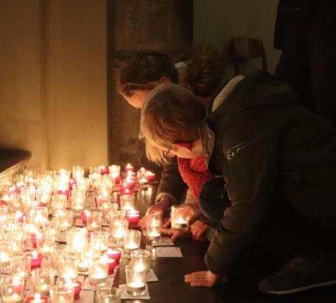 Duizenden mensen grepen de kans om een kaarsje te branden in de Sint-Quintinuskathedraal. © Jente Vandewijer