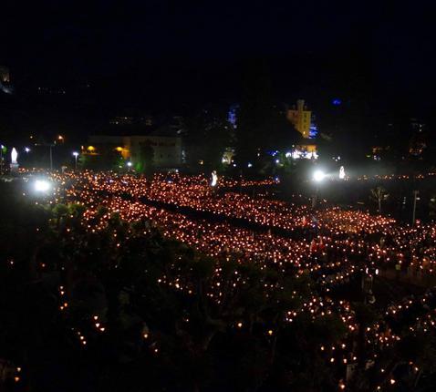 kaarsjesprocessie tijdens militaire bedevaart in Lourdes © PMI