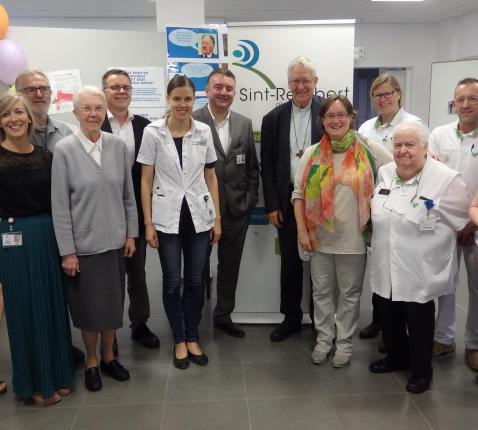 De Gentse bisschop Luc Van Looy samen met ziekenhuispastor Els Margodt en collega's op de foto © IPID