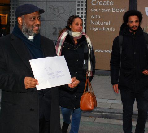 Mussie Zerai (links) en Abrahalei Tesfai (rechts) met de verklaring voor Federica Mogherini  © Brigitte Meuwissen