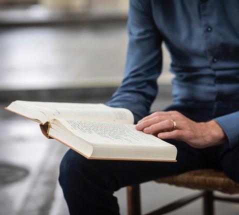 De Nieuwe Bijbelvertaling, de meest gebruikte Bijbel in protestantse kerken, wordt op 12.000 punten herzien, o.m. op basis van reacties van lezers © NBG