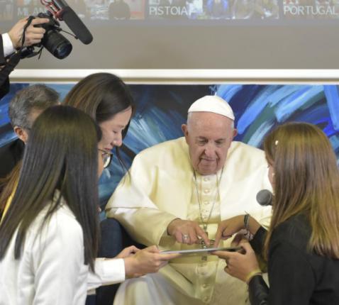 Paus Franciscus bij de voorstelling van een nieuw Scholas Occurentes project © Vatican Media