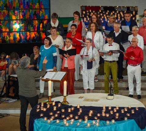 Het glasraam en het koor waren vurig in de Pinksterviering