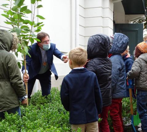 Bisschop Lode vraagt de kinderen om hun hulp © Michiel Van Mulders