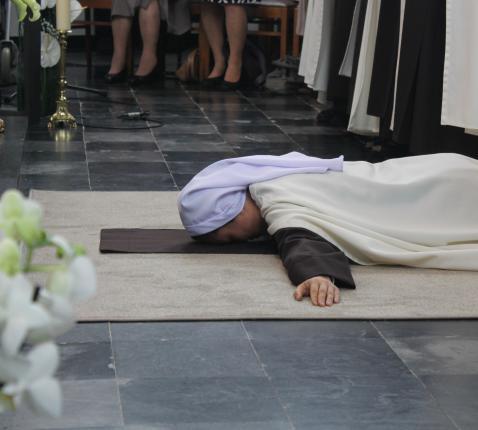Zuster Marie Paul Thérèse legt zich neer op de grond als teken van hele toewijding aan God. © Karmel Vilvoorde