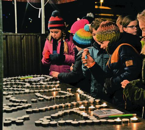 Hasselt. Na een oproep van Pax Christi branden kinderen kaarsen in Hasselt.  © Jente Vandewijer