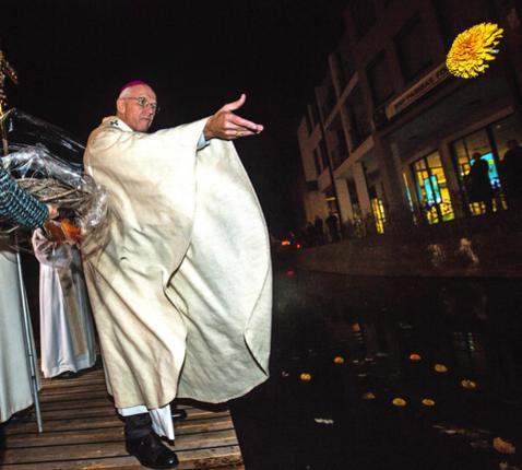 De kardinaal zegent de Demer. © Mine Dalemans