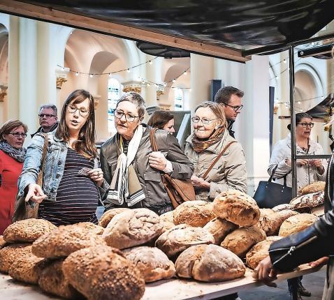 Boerenbrood op de boerenmarkt in de gewezen Sint-Amands in Roeselare. © © FotoFever/CRKC