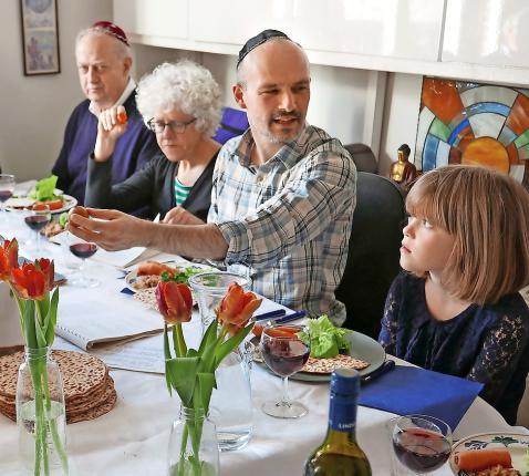 Kan de seidermaaltijd, hoogtepunt van het joodse paasfeest, ook digitaal? © Belga Image