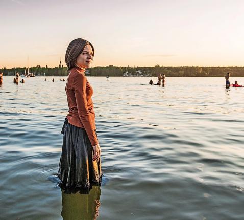 Een duik in de Wannsee symboliseert de vrijheid die Esty vindt in Berlijn. © Anika Molnar/Netflix