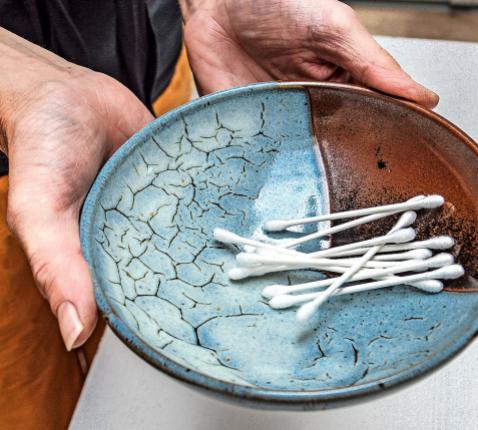Wattenstaafjes vervangen de traditionele zalving met de duim. © Erik De Smet