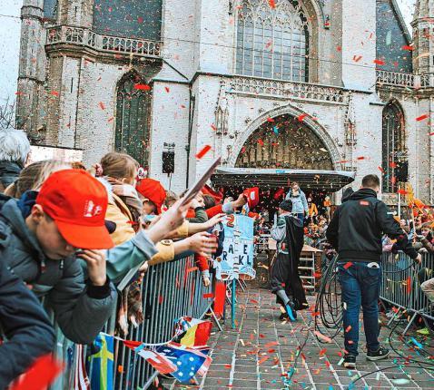 Op grote evenementen als de Bavodag in Gent treedt de Kerk weer uit de luwte.  © Laura Vleugels