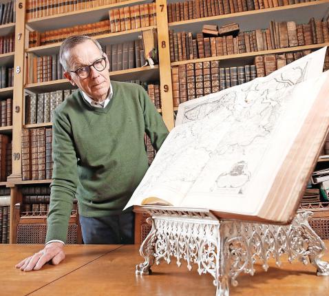 Ludo Collin is ook archivaris van het bisdom. Ook daar kleurt de petite histoire de geschiedenis. © Kristof Ghyselinck