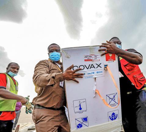 AstraZenecavaccins worden uitgeladen op de luchthaven Kotoka, in Ghana.  © Belga Image