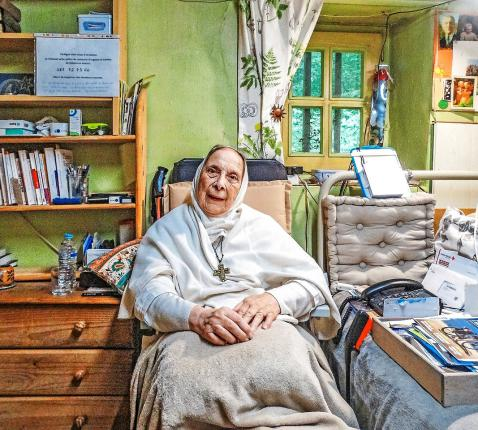 """Zuster Marie-Bernard grapt: """"Ik woon hier al 46 jaar. Inmiddels maak ik deel uit van het decor.""""  © Ilse Van Halst"""