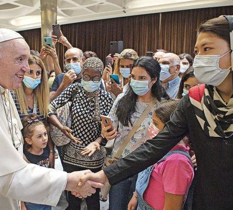 Onlangs ontmoette paus Franciscus pas uit Afghanistan aangekomen vluchtelingen.  © Belga Image