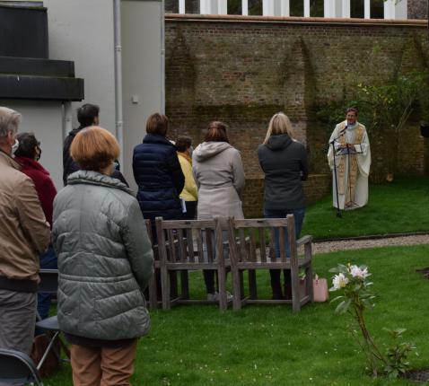 Verstillingsmoment 'Liefde sterft niet' in bisschopstuin © Michiel Van Mulders
