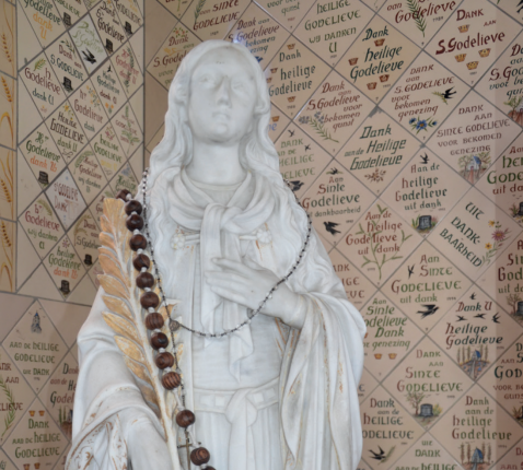 Beeld van de Heilige Godelieve in Gistel © 'Heilige plaatsen, zalige plekken', uitgeverij Berne