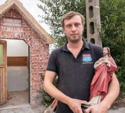 Joshua Vanluchene bij de kapel die hij wil verbouwen. © Ronny De Coster