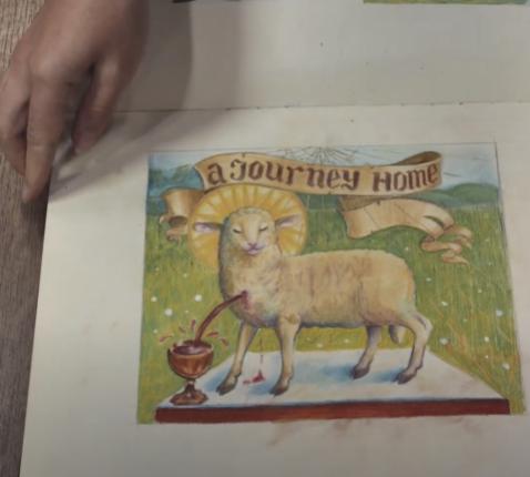 Mirra Markhaëva toont haar schetsboek met voorstudies voor een beeldverhaal bij Van Eycks Lam Gods.