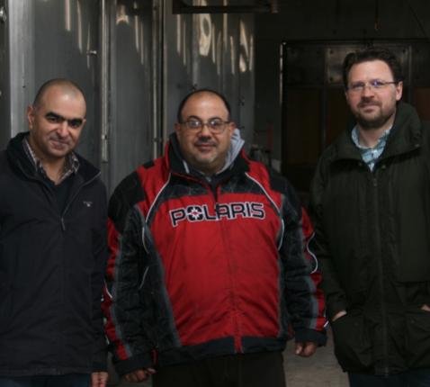 Pater Charbel (midden), met links oprichter/eigenaar Charles Eid en rechts de Duitse wijnconsultant Ulrich Hoffmann.