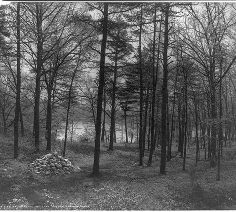 Op de plaats van de stenen, aan Walden Pond in Massachusetts, stond ooit de hut van Thoreau. © CC Wikimedia