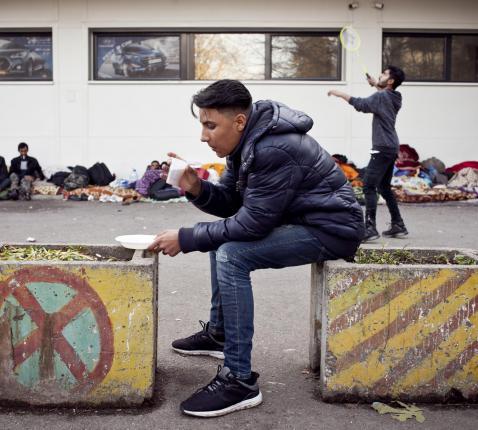 Vele honderden migranten en vluchtelingen hebben geen ander onderkomen dan verlaten gebouwen of zelfgemaakte tenten om de winter te trotseren  © TL