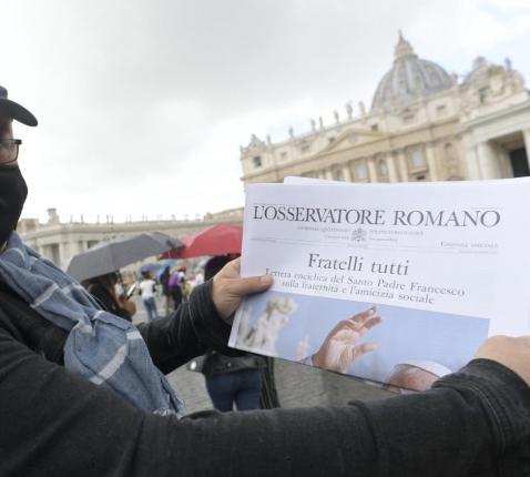 Op het Sint-Pietersplein neemt deze man meteen kennis van de encycliek 'Allen broeders'. © Vatican Media