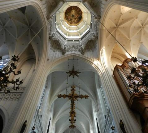 Binnenzicht van de vieringstoren van Onze-Lieve-Vrouw-Ten-Hemel-Opgenomen-kathedraal van Antwerpen © TOPA