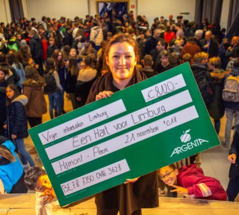 De internaatsstudenten overhandigden een cheque aan Een Hart voor Limburg. © Bart Tilmans