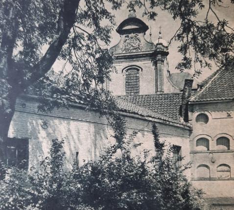 Ninove: een schoon beluik: de binnenplaats der voormalige abdij, aan den rand van een glanzend water met, er bovenuit, den voorgevel der vroegere abdijkerk © foto en tekst van vrijdag 15 juli 1938
