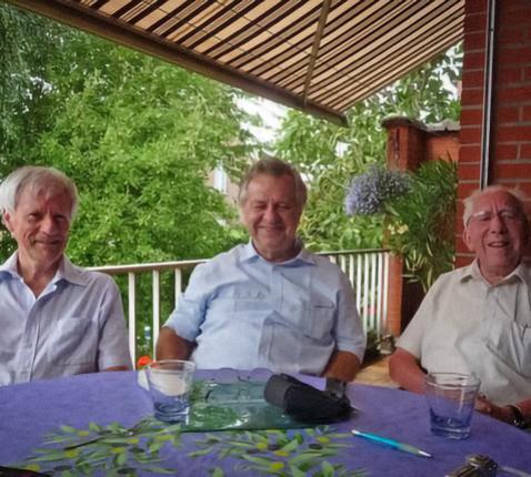 -Patrick Taveirne omringd door Martin Franken (links) en Karel Heuten (rechts) bij een bezoek aan Edegem op 14 juli 2010 © Patrick Taveirne