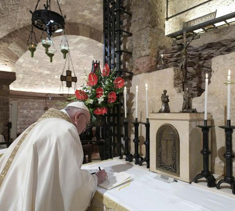 Paus Franciscus ondertekent de encycliek 'Fratelli Tutti' in Assisi. © Vatican Media