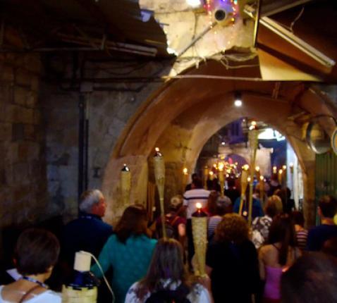 Christelijke pelgrims in de oude stad van Jerusalem © Christian Media Center/Custodie Heilige Land