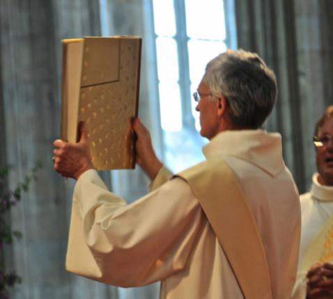 Het evangelieboek symboliseert de hele heilsgeschiedenis, met als hoogtepunt het mensgeworden Woord van God: Jezus Christus.