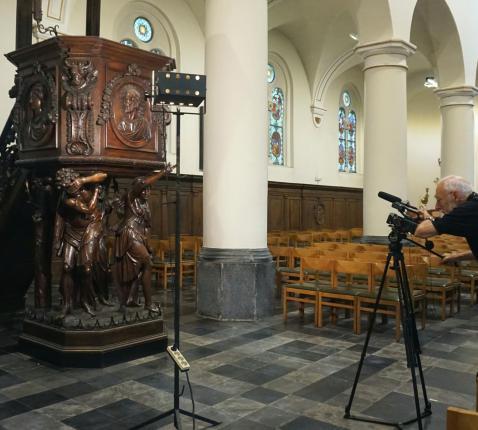 Een cameraploeg van het bisdom Antwerpen kwam op 22 juni het verhaal van de Lichtaartse preekstoel op de digitale kaart vastleggen. © Onze-Lieve-Vrouw Lichtaart