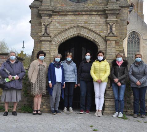De leden van de verschillende pastorale werkgroepen bij de kapel aan de Ouder Eiermarkt in Lo © Krant van West-Vlaanderen