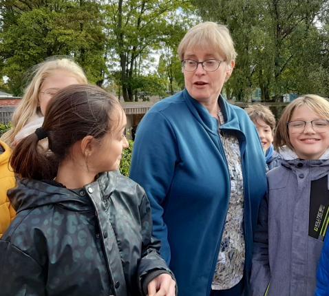 Zuster van Don Bosco Hilde Bosmans tussen kinderen van het internaat in Wijnegem.