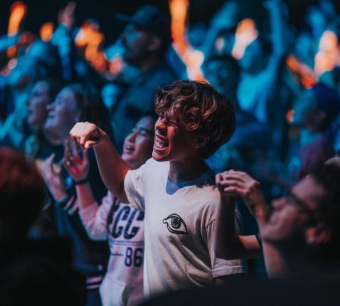 Jongeren tijdens een lofprijzingconcert. © Unsplash