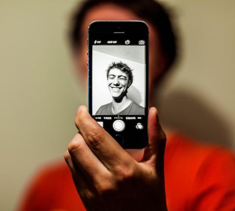 Technologie stelt gelovigen vandaag voor de vraag: wat met mijn privacy? Ben ik voldoende online met God? © Antoine Beauvillain on Unsplash