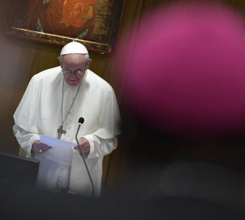 Paus Franciscus spreekt de bisschoppensynode over jongeren, geloof en roeping toe. © FB Synod 2018