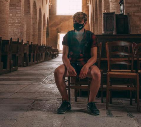 'Binnenkort kunnen we weer met 100 mensen in de kerk zitten. Zullen we opnieuw meedoen? Hoe moeilijk zal die stap zijn? ' © Unsplash / Rinke Dohmen