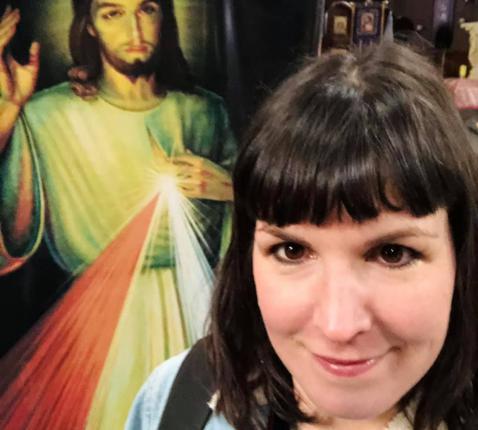 Op het einde van ons gesprek maakt Mira Bertels een selfie bij een gigantische afbeelding van het Heilig Hart in de gelijknamige kerk in Antwerpen.  © Mira Bertels